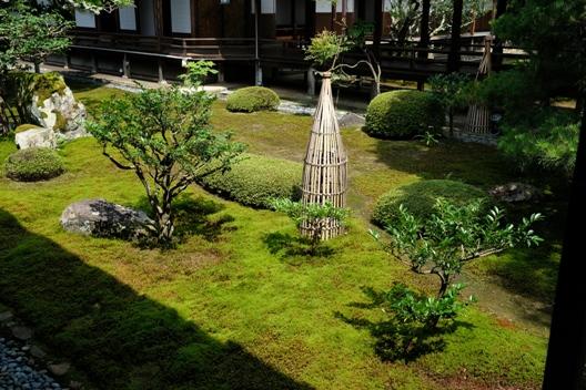 大覚寺の庭園・消火栓.JPG