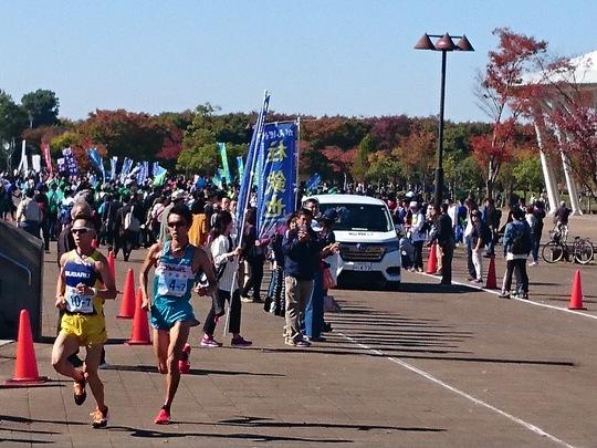 ゴール目指し力走する選手.JPG